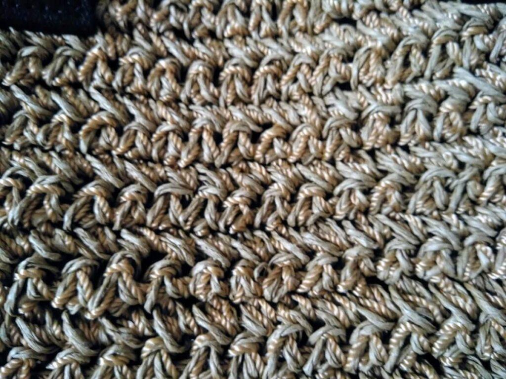 織り糸とペーパー素材で作られている