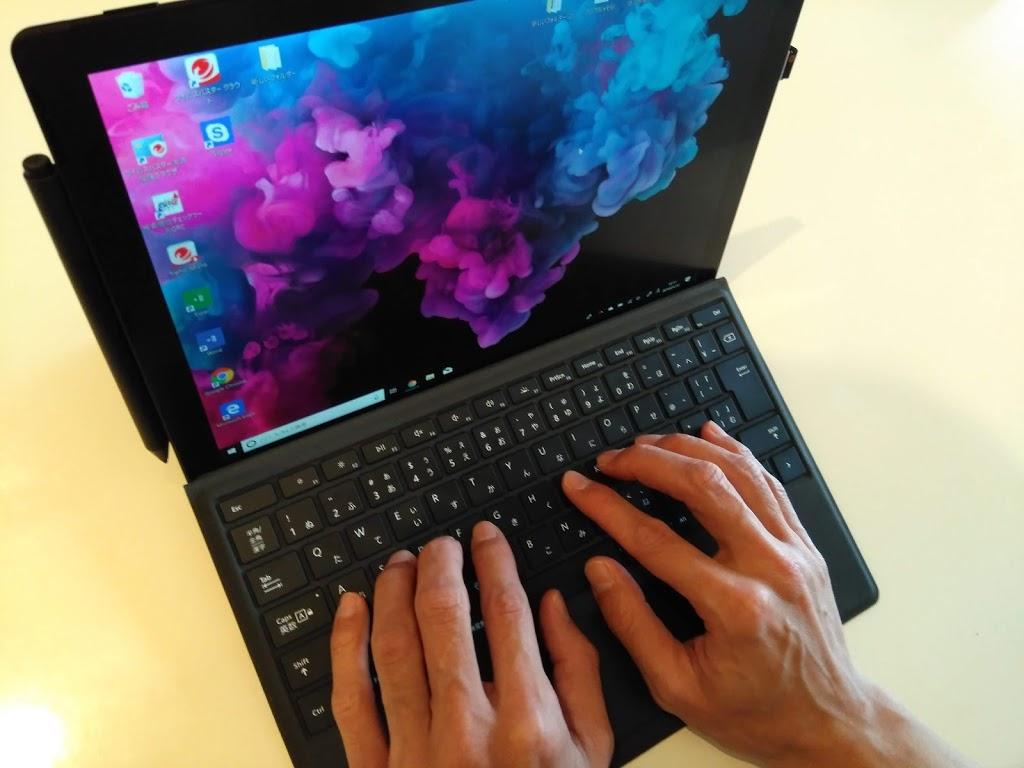 Surface Pro6 キーボードに手をのせたところ 男性