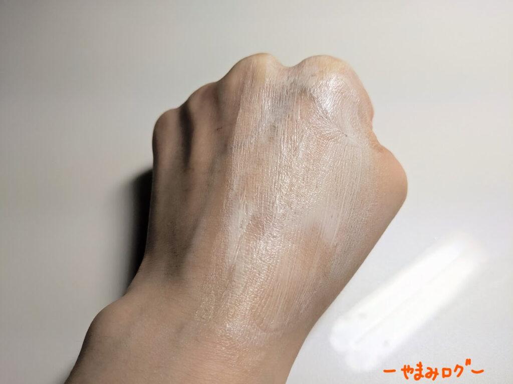 肌に広げると白っぽくなる
